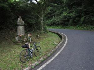 鳥取市吉岡への峠。お地蔵さんが見守る